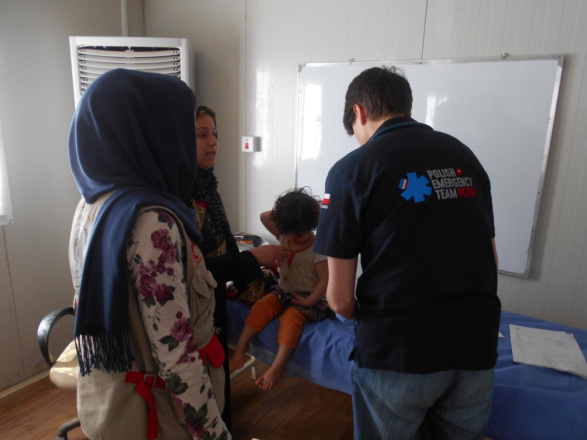 Dorota - lekarz Zespołu Ratunkowego PCPM - obejrzała wczoraj wiele takich dzieci, jak ta dziewczynka mieszkająca w obozie w Harsham