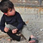 Dziecko z Syrii z zabawką, Fot. Darek Zalewski